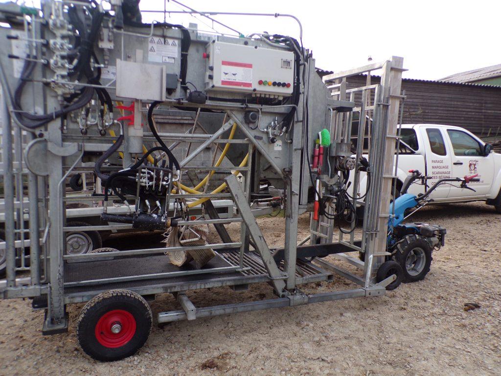Cage hydraulique pour le parage bovin
